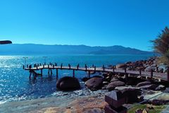 Ilhabela, Βραζιλία: Εναέρια άποψη ενός όμορφου λιμανιού με το μπλε ουρανό στοκ φωτογραφίες με δικαίωμα ελεύθερης χρήσης