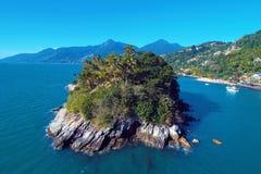 Ilhabela, Brasil: Vista aérea de uma ilha bonita com céu azul imagem de stock