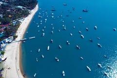 Ilhabela Brasilien: Flyg- sikt av den härliga hamnen med några fartyg arkivbild