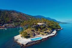 Ilhabela, el Brasil: Vista aérea de la isla de Cabra fotografía de archivo libre de regalías