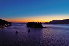 Ilhabela, el Brasil: Vista aérea de la puesta del sol en la playa imagen de archivo libre de regalías