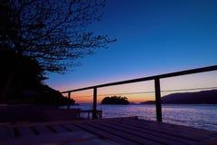 Ilhabela, el Brasil: Vista aérea de la puesta del sol en la playa imágenes de archivo libres de regalías