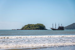 Ilhadas Cabras Eiland en Toeristisch Piraatschip - Balneario Camboriu, Santa Catarina, Brazilië royalty-vrije stock foto's