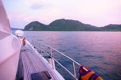 Ilhas bonitas no crepúsculo como visto da plataforma de um navio Imagem de Stock
