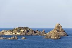 Ilhas Cyclopean em ACI Trezza, Catania, Sicília, Itália fotografia de stock