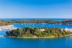 Ilhas da Croácia e mar de adriático. Vista aérea da torre de sino de Rovinj Fotos de Stock