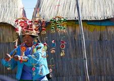 ILHAS DE FLUTUAÇÃO DE UROS, PUNO, PERU 31 DE MAIO DE 2013: Mulher nativa não identificada que veste os panos tradicionais, venden Imagem de Stock Royalty Free