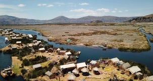 Ilhas de flutuação de Uros no vídeo de Titicaca do lago video estoque