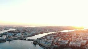 Ilhas de Vasilyevsky e de Petrogradsky no por do sol - tiro aéreo do centro histórico de St Petersburg filme