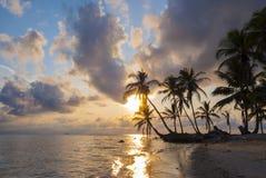 Ilhas do paraíso em Guna Yala, Kuna Yala, San Blas, Panamá Por do sol NASCER DE O SOL imagem de stock royalty free