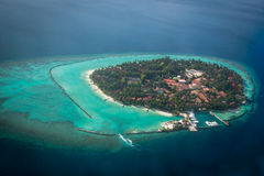 Ilhas e atóis tropicais em Maldivas da vista aérea fotografia de stock royalty free