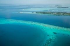 Ilhas e atóis tropicais em Maldivas da vista aérea foto de stock