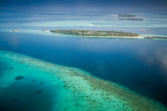 Ilhas e atóis tropicais em Maldivas da vista aérea imagens de stock royalty free
