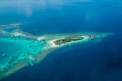 Ilhas e atóis tropicais em Maldivas da vista aérea imagem de stock