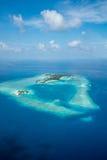 Ilhas e atóis tropicais em Maldivas da vista aérea fotos de stock royalty free