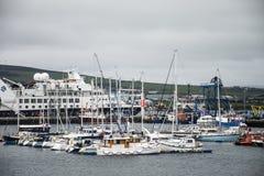 Ilhas Escócia Reino Unido 18 de Kirkwall Orkney do porto do barco dos navios 05 2016 imagens de stock royalty free