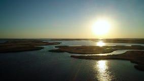 Ilhas incomuns em um lago bonito video estoque