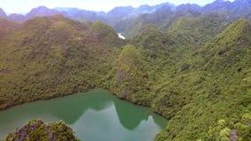 Ilhas longas do verde da baía do Ha do panorama superior fantástico com fiorde vídeos de arquivo