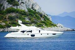 Ilhas, mar azul e barcos azuis da excursão Imagens de Stock Royalty Free
