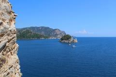 Ilhas no mar azul Os barcos estão nadando Skyline Textura de pedra Foto de Stock Royalty Free