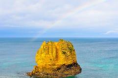 Ilhota perto da costa na grande estrada do oceano, Austrália imagem de stock