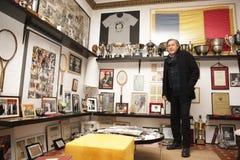 Ilie Nastase en su sala de trofeos Imágenes de archivo libres de regalías