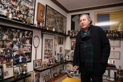 Ilie Nastase in zijn trofeeruimte Stock Foto's