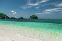 Ilig伊利甘田园诗海滩和绿松石海在博拉凯海岛,菲律宾 库存照片
