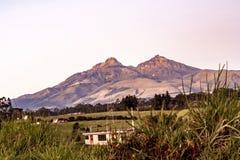 Ilinizas从主路的山景 免版税图库摄影