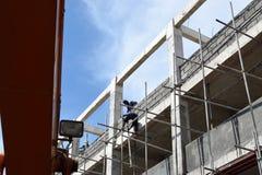 Ilipinobouwvakkers die de steigers van de metaalpijp installeren bij high-rise de bouw zonder beschermend kostuum royalty-vrije stock afbeelding