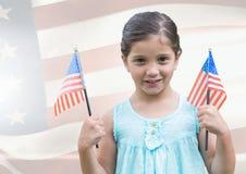 ILittle dziewczyny mienia amerykan flaga przeciw flaga amerykańskiej Zdjęcie Royalty Free