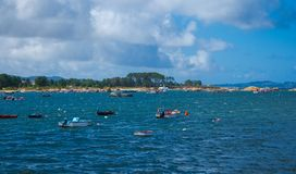 Illa de Arousa, Galicia, Espa?a, Pebble Beach hermoso con las algas en la orilla y el cielo azul con las nubes imágenes de archivo libres de regalías