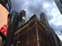 Illavarslande moln över den Manhattan horisonten royaltyfri fotografi