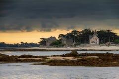 Illavarslande moln på kusten i Frankrike royaltyfri fotografi