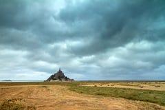 Illavarslande moln på Le Mont Saint-Michel royaltyfria bilder