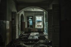 Illavarslande och kuslig inre av det övergav och ruttna sjukhuset Arkivfoto