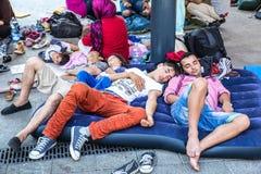 Illegale immigranten die in Keleti Trainstation in Budapes kamperen stock foto