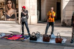 Illegale Straßenhändler in Barcelona Stockfotografie