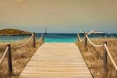 使方式靠岸对Illetes在福门特拉岛拜雷阿尔斯islan的天堂海滩 图库摄影