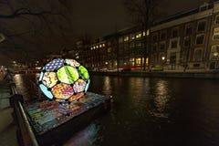 Illimunated和五颜六色的球在运河在阿姆斯特丹 库存照片