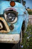 Illinois, Estados Unidos, cerca do junho de 2016 - o clássico velho oxidou camionete de Chevrolet estacionado na rota 66 fotografia de stock