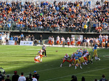 Illinois Kickersparkar sätter in målfotboll på som UCLA-spelarejumen Royaltyfri Bild