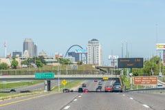 Illinois, los E.E.U.U. 19 de mayo de 2014 Carretera al centro de la ciudad Imagen de archivo