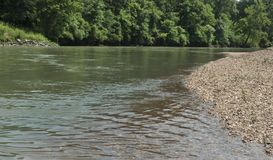 Illinois River in eastern Oklahoma, rocky shoreline and lush vegetation. Large rocks and smaller pebbles line the shore of the Illinois River near Gore, Oklahoma stock images