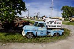 Illinois, Stany Zjednoczone Stara Chevy furgonetka przy Cruzin 66 prezenta sklepem na trasie 66 - około Czerwiec 2016 - zdjęcia stock