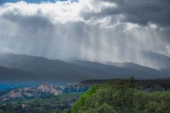 Illinois-sur-Tet i de pyrenees bergen i Frankrike arkivfoton