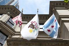 Illinois tillståndsemblem och Chicago flagga Arkivfoto