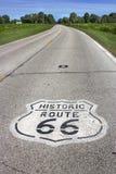Illinois, Vereinigte Staaten - circa im Juni 2016 - zweispuriges Zeichen des Weges 66 gemalt auf Straße in Mittelwesten stockbild