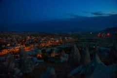 Illuminé aux rues de nuit de Goreme, la Turquie, Cappadocia Le centre célèbre des ballons de vol Sur l'horizon - a accentué images stock