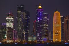 -illuminated góruje w Doha, Katar zdjęcie stock